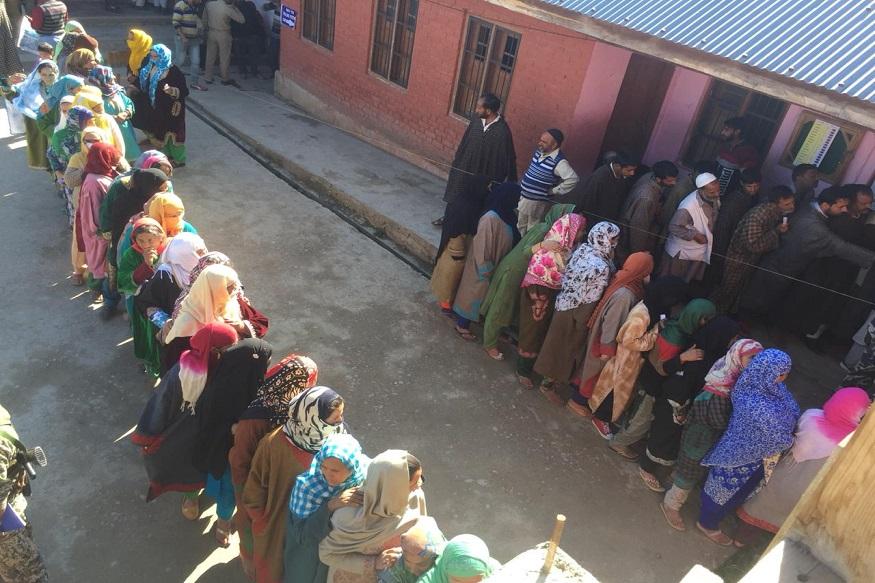 सकाळी 7 वाजल्यापासून मतदानाला सुरूवात झाली असून लोकांच्या रांगा मतदान केंद्राबाहेर लागल्याचं चित्र पाहायाला मिळत आहे.