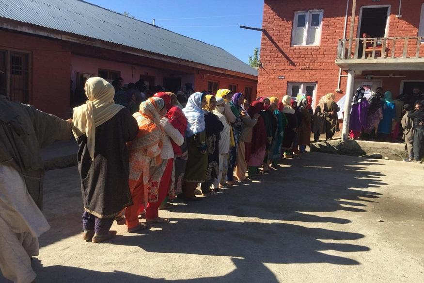 यावेळी मतदानाला गालबोट लागलं असून मतदान केंद्राजवळ ग्रेनेड हल्ला करण्यात आला आहे.