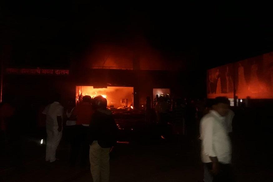 ज्यावेळी ही दुर्घटना घडली त्यावेळेस दुकानात पाच कामगार होते. पाचही कामगार साखरझोपेत असताना दुकानाला आग लागली.