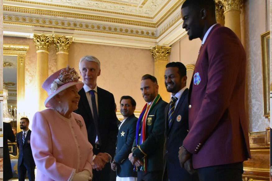 वर्ल्ड कप सुरु होण्याआधी सर्व कर्णधारांनी बकिंगहम पॅलेसमध्ये महाराणी एलिझाबेथ यांची भेट घेतली होती. त्यानंतर पाकिस्तानचा कर्णधार सर्फराज अहमदला त्याच्या पोषाखाने ट्रोल केलं गेलं.