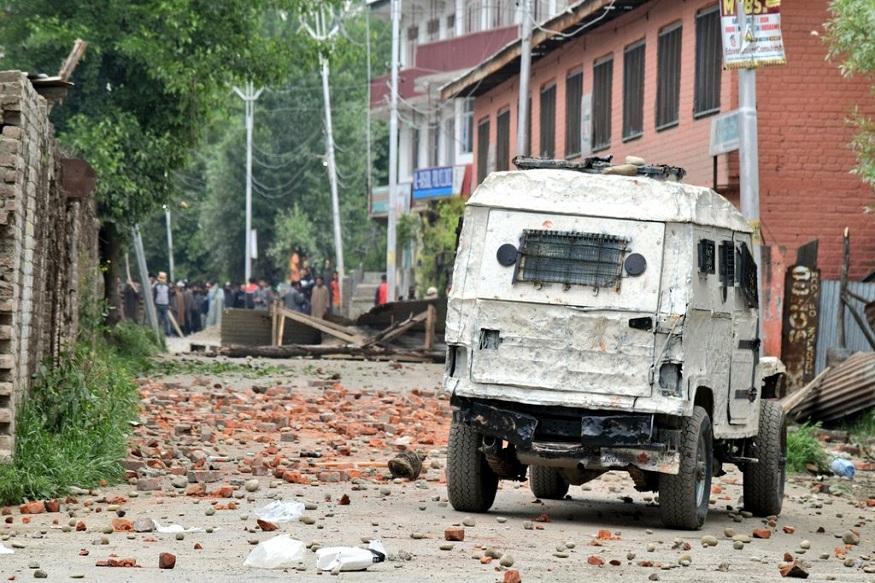 पुलवामा येथे भारतीय सैन्यानं 3 दहशतवाद्यांचा खात्मा केला . यामध्ये 2 सैनिकांसह 3 जण जखमी झाले आहेत. चकमकीमध्ये मोहम्मद युनिस दार आणि रईस अहमद दार हे दोन भाऊ देखील जखमी झाले.