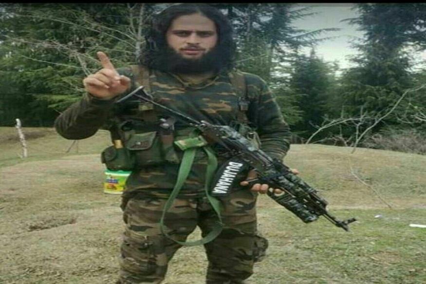 चकमकीमध्ये ठार झालेल्या दहशतवाद्याचं नाव नसीर पंडित, उमर मीर अशी आहेत. नसीर हा पुलवामाचा रहिवासी असून उमर शोपियनचा रहिवासी आहे. तर, खालीद भाई हा पाकिस्तानचा रहिवासी आहे. तिन्ही दहशतवादी हे जैश ए मोहम्मद या संघटनेचे आहेत.