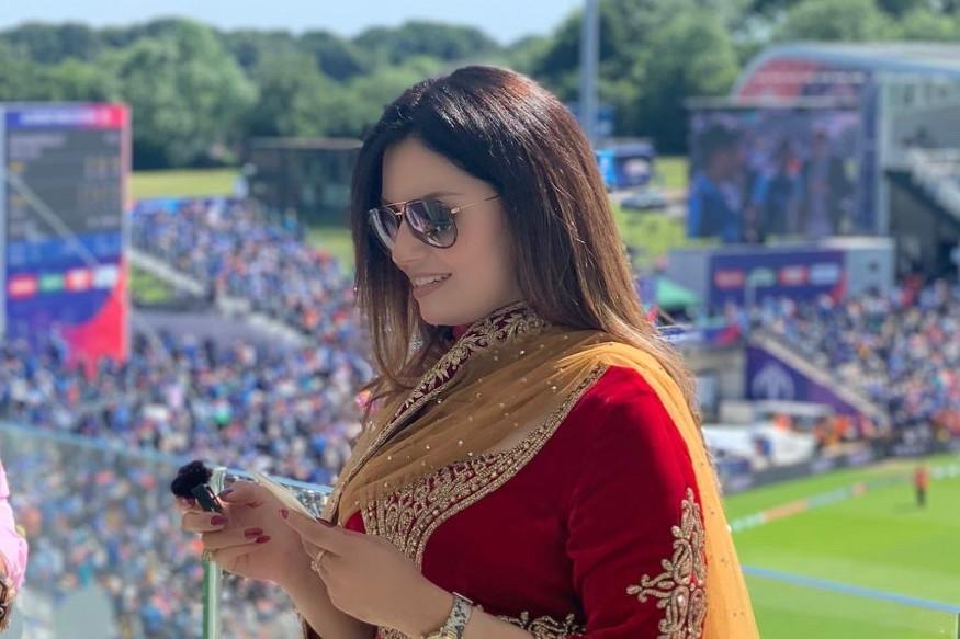ICC Cricket World Cupमध्ये सध्या भारतीय संघाची तुफान चर्चा आहे. कारण भारतानं वर्ल्ड कपमध्ये एकही सामना गमावलेला नाही. अफगाणिस्तानला नमवतं विराटसेनेनं आपला सगल चौथ्या विजय नोंदवला. सामन्यात शेवटच्या षटकात हॅट्रीक घेत भारतानं अटीतटीचा सामना 11 धावांनी जिंकला. मात्र या सामन्यात विराटसेने ऐवजी चर्चा रंगली ती एका हॉट अॅंकरची. सध्या सोशल मीडियावर तिचे फोटो सध्या व्हायरल होत आहे.