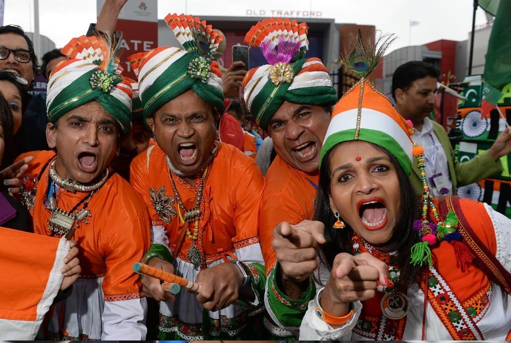 आयसीसी क्रिकेट वर्ल्ड कपमध्ये भारत आणि पाकिस्तान यांच्यात महामुकाबला सुरू आहे. दोन्ही देशांच्या चाहत्यांचा उत्साह शिगेला पोहचला आहे.