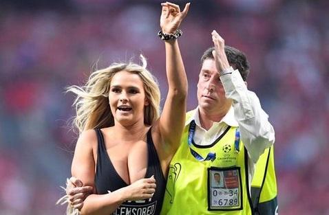 युरोपीयन चॅम्पियन लीगच्या अंतिम सामन्यात एक विचित्र घटना घ़डली. एक अभिनेत्री चक्क स्वीमसूटवर मैदानात घुसल्याने सामना मधेच थांबवावा लागला.