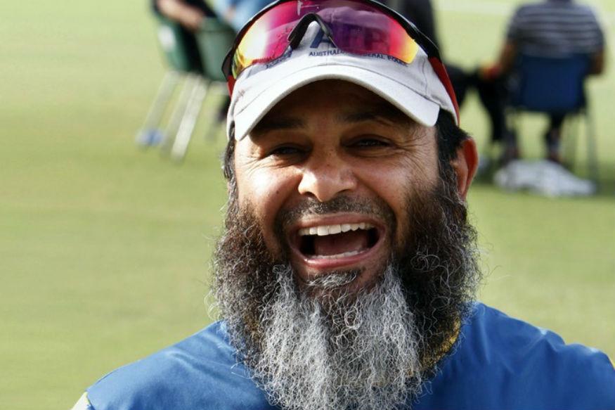 फिरकीपटू म्हणून पाकिस्तानच्याच सकलेन मुश्ताकचं नाव टाइम्सने घेतलं आहे.  हरभजन सिंग आणि अनिल कुंबळे यांनाही स्थान मिळू शकलं असतं. पण एकदिवसीय क्रिकेटमध्ये सकलेन मुश्ताक सर्वात धोकादायक फिरकीपटू होता.
