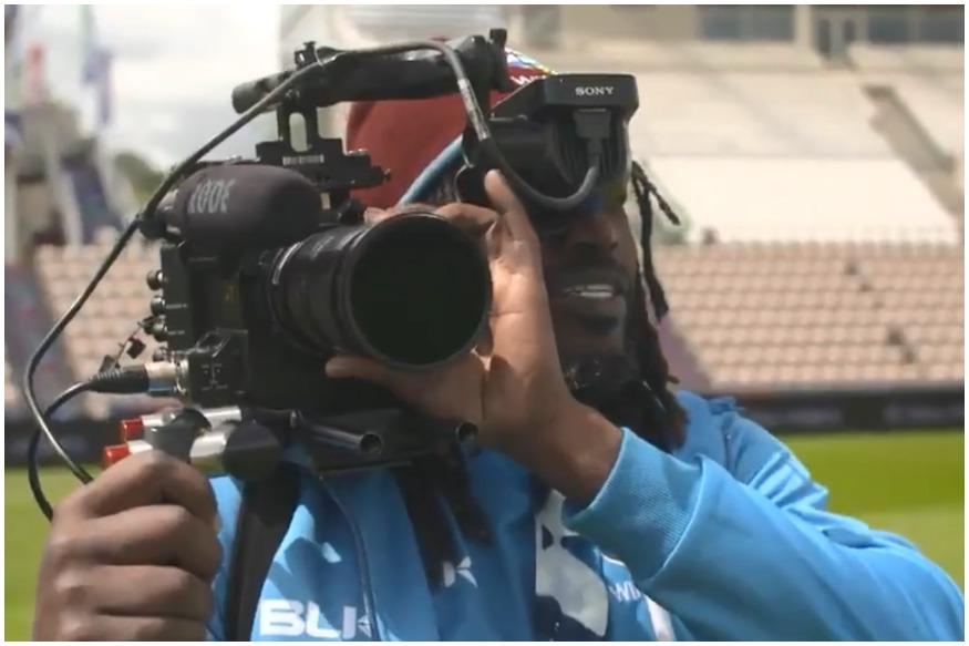 दक्षिण आफ्रिकेविरुद्धच्या सामन्यापूर्वी ख्रिस गेल कॅमेरामन झाल्याचं दिसलं. गेलने दक्षिण आफ्रिकेसाठी आयसीसी इव्हेंट कव्हर करणाऱ्या एल्मा स्मिटसोबत खास संवाद साधला.