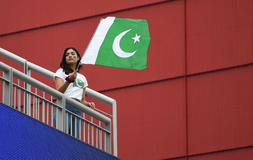 सामन्यापूर्वी चाहत्यांमधला उत्साह आयसीसीने क्रिकेट वर्ल्ड कपच्या ट्विटरवरून शेअर केला आहे. यामध्ये पाकिस्तानी चाहती देशाचा झेंडा हातात घेऊन स्टेडियममध्ये असलेला फोटो शेअर केला आहे.