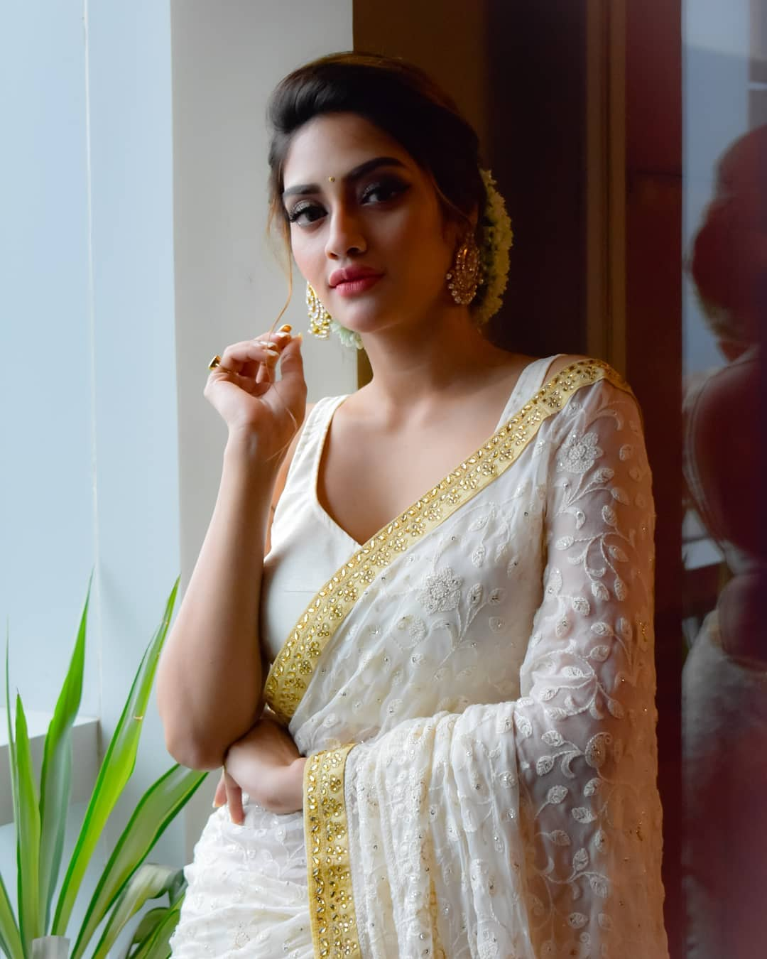 नुसरत जहाँ बंगाली सिने सृष्टीतील आघाडीची अभिनेत्री असून बॉलिवूड सेलिब्रिटींप्रमाणे नुसरत सुद्धा डेस्टिनेशन वेडिंग करणार आहे.