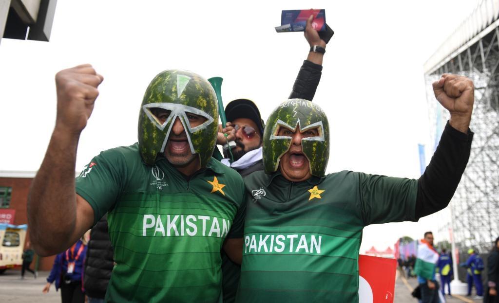 पाकिस्तानच्या दोन उत्साही चाहत्यांनी कलिंगडाची साल हेल्मेटसारखी घालून मैदानावर उपस्थिती लावली होती. आयसीसीने सामना बघायला आलात पण बॅटिंग करताना हे घालू नका असा सावधगिरीचा इशाराही दिला आहे.