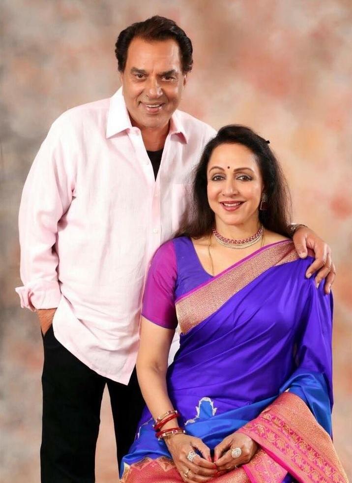 अभिनेता धर्मेंद्र यांनी 1979 मध्ये अभिनेत्री हेमा मालिनीशी लग्न केलं. पण त्याआधी त्यांचं लग्न प्रकाश कौर यांच्याशी लग्न झालं होतं. धर्मेंद्र आणि हेमा यांना इशा आणि अहाना अशा दोन मुली आहेत.