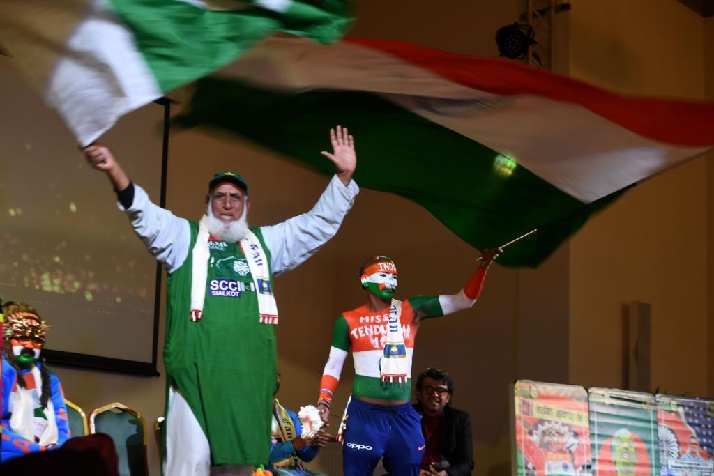 भारत-पाकचे चाहते एकमेकांवर कितीही आरोप करत असले तरी बशीर चाचा आणि सुधीर यांची मैत्री सामन्यावेळी दिसून आली. पाकिस्तानच्या बशीर चाचांना भारताच्या महेंद्रसिंग धोनीनं सामन्याचं तिकीट उपलब्ध करून दिलं आहे.