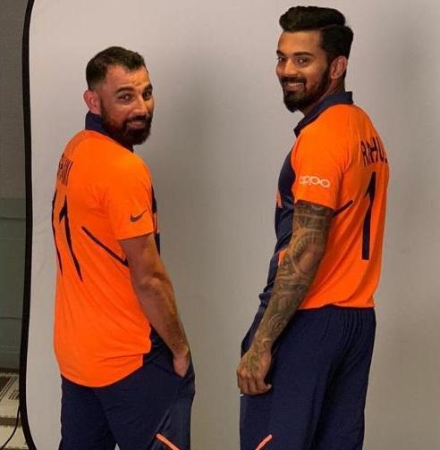 टीम इंडियाच्या जर्सीचा रंग भगवा ठेवण्यामागे युवक आणि संघाच्या बेधडक वृत्तीची प्रेरणा असल्याचं आयसीसीने सांगितलं आहे. भारतीय संघ रविवारी होणाऱ्या इंग्लंडविरुद्धच्या सामन्यात ही जर्सी घालून उतरेल.