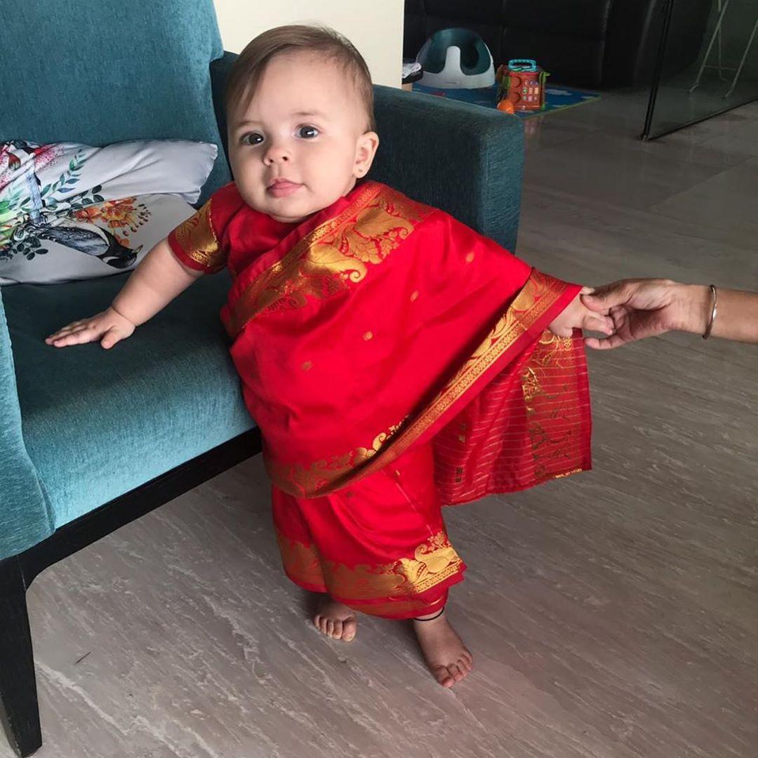 लिसा स्वतः एका बंगाली कुटुंबात लहानाची मोठी झाली. त्यामुळे लिसा तिच्या मुलींनाही अनेकदा पारंपरिक साड्यांमध्ये नटवताना दिसते.