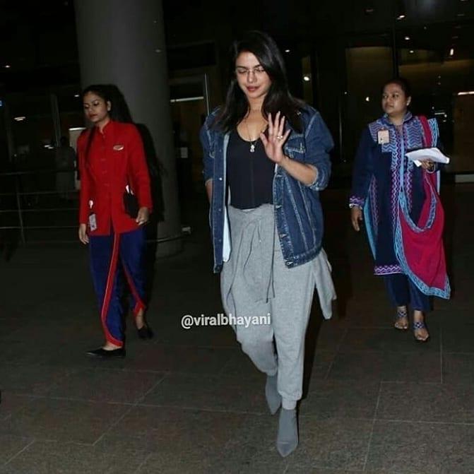 प्रियांका चोप्रा सध्या मुंबई दौऱ्यावर आहे. नुकतंच तिला एअरपोर्टवर पाहण्यात आलं. यावेळी प्रियांका फार कॅज्युअल लुकमध्ये दिसली. तिने यावेळी डेनिम जॅकेट आणि ट्राउझर घातली होती.