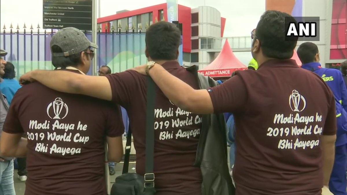 देशात नुकत्याच लोकसभा निवडणुका पार पडल्या. यामध्ये पुन्हा एकदा मोदी सरकार आले. आता मोदी आया है 2019 वर्ल्ड कप भी आयेगा असा संदेश लिहलेले टी शर्ट घालून चाहते सामन्याला उपस्थित आहेत.