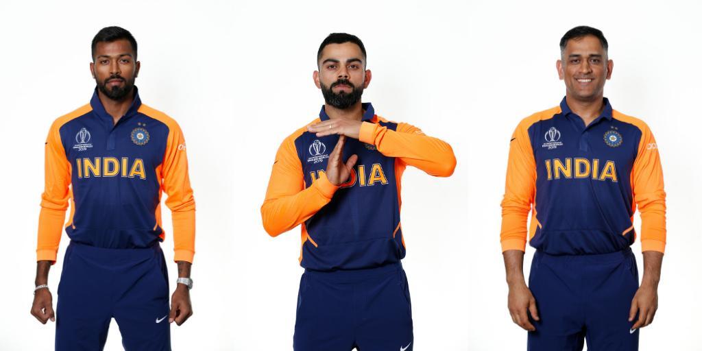 आयसीसीचे जर्सीबाबत काही नियम आहेत. या नियमानुसार एकाच रंगाची जर्सी घालून दोन संघांना सामन्यात उतरता येत नाही. त्यासाठी एका संघाच्या जर्सीचा रंग बदलला जातो. फुटबॉलच्या सामन्यात या नियमाचा वापर केला जातो. त्याच धर्तीवर क्रिकेटमध्ये हा नियम आयसीसीने अवलंबला आहे.