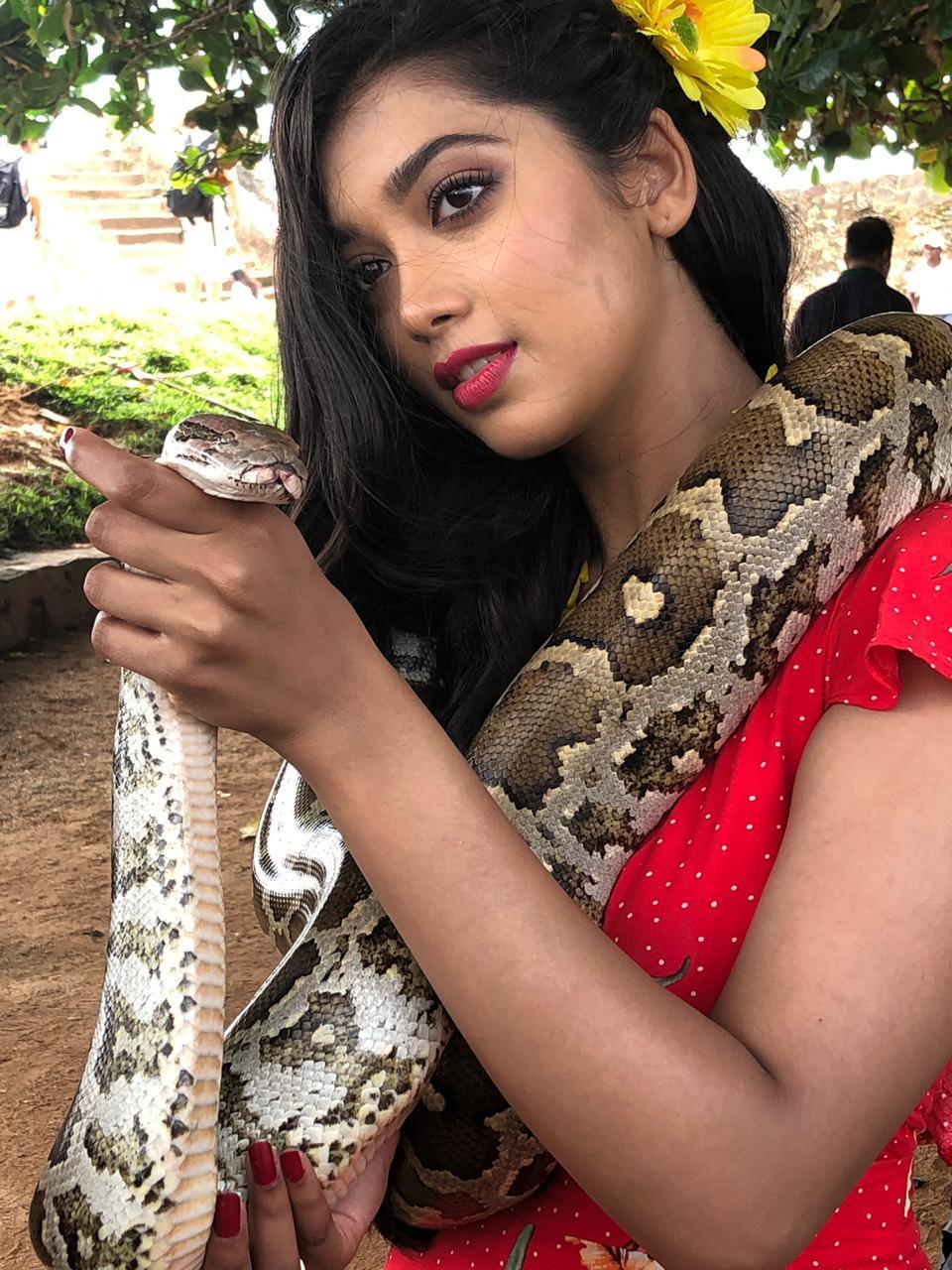 तुम्ही चालत असताना तुमच्या वाटेत साप किंवा तत्सम प्राणी येणं हे श्रीलंकेत खूप सामान्य मानलं जातं. अशातच एक गारुडी दिगांगनाच्या आगामी सिनेमाच्या हिप्पी सिनेमाच्या सेटवर पोहचला.