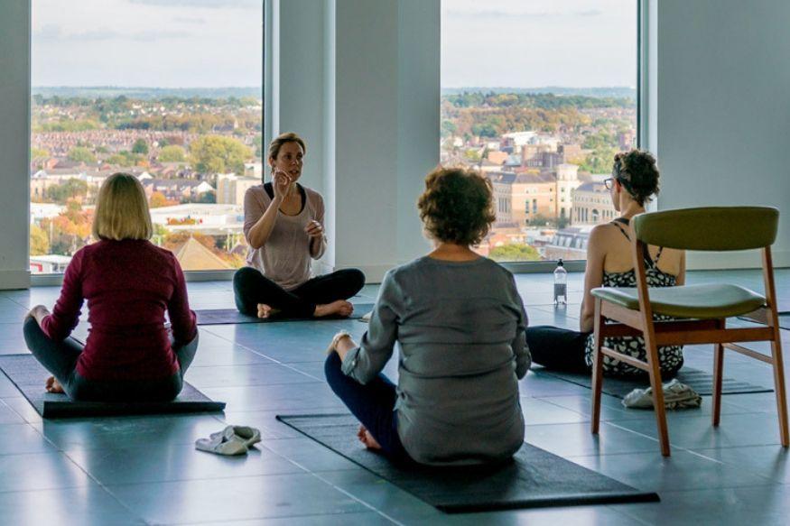 International Yoga Day: ऑफिसमध्ये खुर्चीवर बसूनच करू शकता ही योगासनं, हवी फक्त 5 मिनिटं