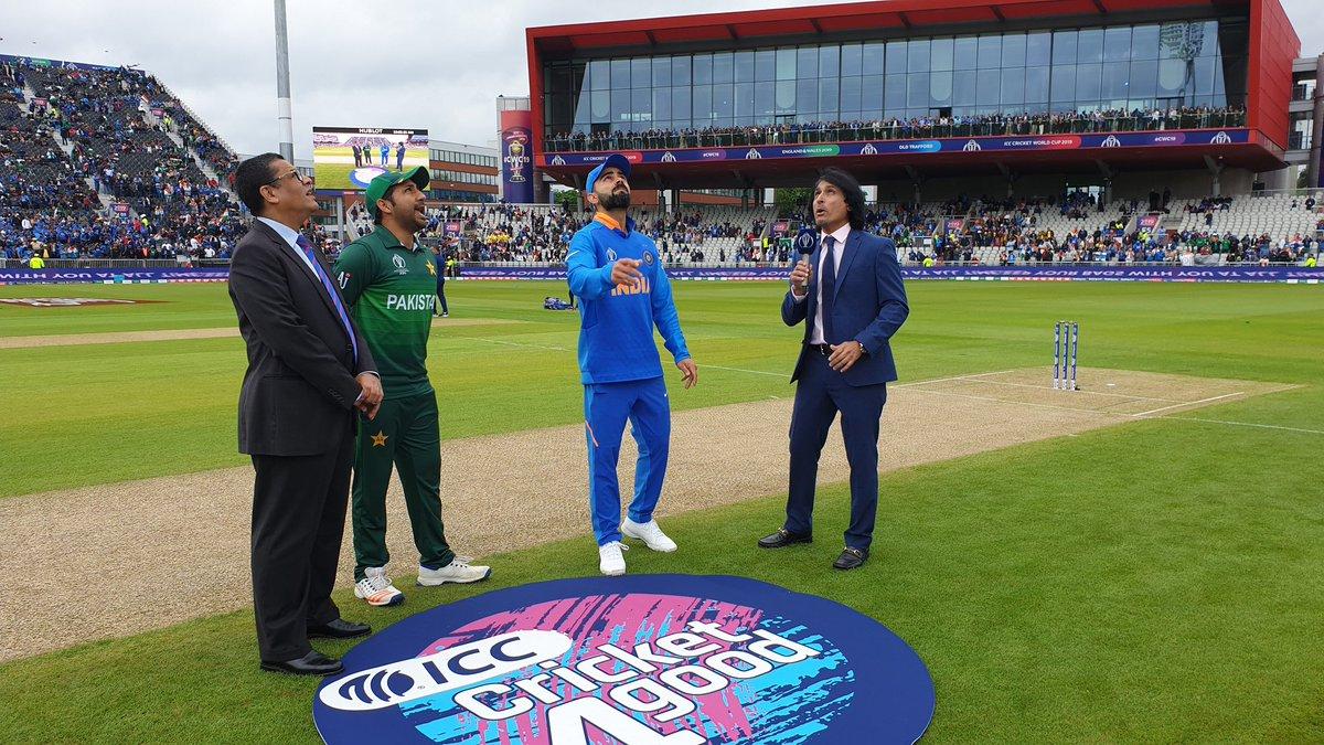 टॉसच्या बाबतीतही एक अनोखा रेकॉर्ड झाला आहे. वर्ल्ड कपमध्ये भारत-पाकिस्तान सामन्यात पहिल्यांदाच टॉस जिंकत गोलंदाजीचा निर्णय घेतला आहे.