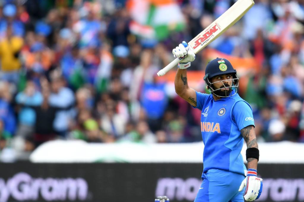 भारतीय संघाचा कर्णधार विराट कोहली यानं एकदिवसीय क्रिकेटमध्ये 11 हजार धावा करण्याचा विक्रम केला. सर्वात कमी सामन्यात असं करणारा तो पहिला फलंदाज ठरला आहे, त्यानं केवळ 222 सामन्यात ही कामगिरी केली.