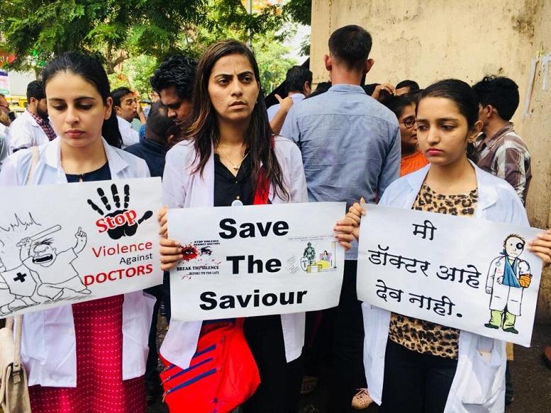 पश्चिम बंगालमधील डॉक्टरांच्या समर्थनार्थ मुंबई, दिल्लीतील डॉक्टरांचे आंदोलन; रूग्णांचे हाल