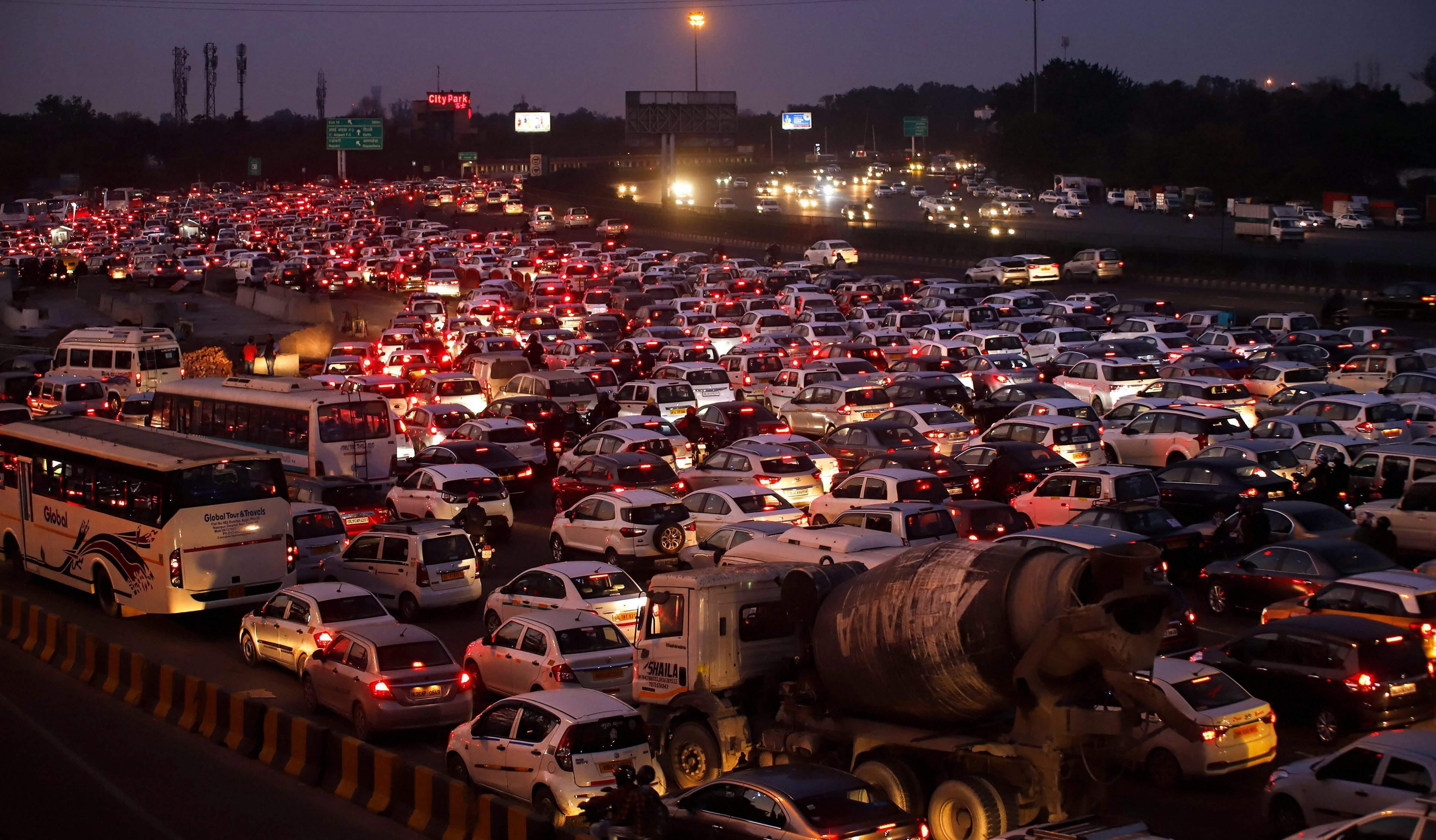 चौथ्या स्थानावर आहे राजधानी दिल्ली. दिल्लीचं ट्रॅफिक नेहमी बातमीचा विषय असतो. इथे एका ठिकाणाहून दुसऱ्या ठिकाणी जाण्यासाठी गरजेपेक्षा 58 टक्के वेळ जास्त लागतो.