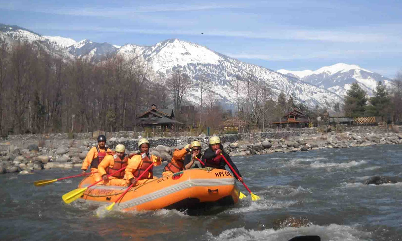 रिव्हर राफ्टिंग - इथल्या सगळ्यात थ्रिलिंग ऐक्टिव्हिटीज पैकी एक म्हणजे रिव्हर राफ्टिंग. मनालीत रिव्हर राफ्टिंगचा अनुभव घ्याचा असेल तर उन्हाळा बेस्ट आहे. हिमालयाच्या पर्वतरांगांवर वितळणाऱ्या बर्फामुळे इथली व्यास नदी दुथडी भरून वाहते. पावसाळ्यात या नदीचं रौद्ररूप तुम्हाला पहायला मिळेल. म्हणून पावसाळ्यात रिव्हर राफ्टिंग करणं जास्त धोकादायक ठरू शकतं.