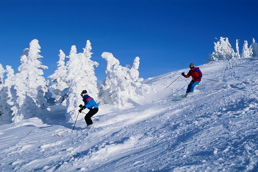 स्किइंग - भारतातलेच नव्हे तर इतर अनेक देशातले पर्यटक इथे स्किइंगाचा थरार अनुभवण्यासाठी येतात. हा अनुभव घेण्यासाठी येणाऱ्या नव्या आणि अनुभवी पर्यटकांसाठी वेगवेगळी व्यवस्था करण्यात आली आहे. नव्या पर्यटकांना विशेषज्ञांच्या देखरेखीतच स्कीइंग करता येतं.