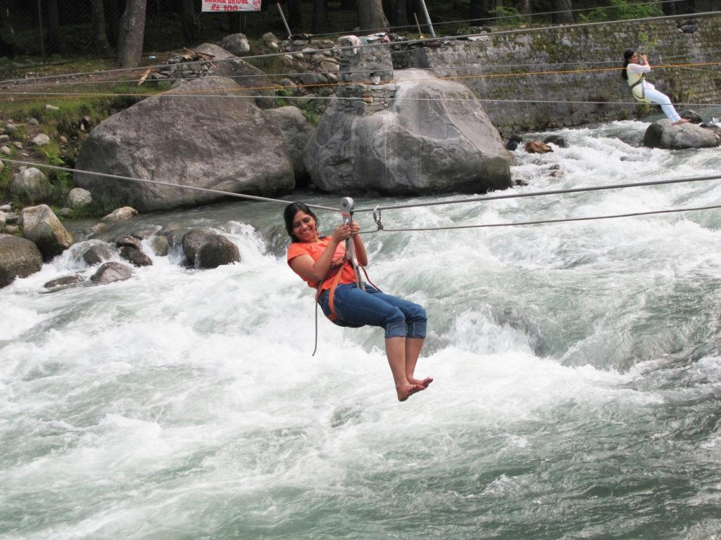 रिव्हर क्रॉसिंग - बोटिंग करण्याचा आनंद तर तुम्ही नक्कीच घेतला असेल. होऊ शकतं तुम्हाला पोहण्याचीसुद्धा आवड असेल. पण इथे दोरीच्या सहाय्याने दुथडी भरून वाहणारी नदी क्रॉस करण्याचं थ्रिल अनुभवता येतं. ज्यालाच रिव्हर क्रॉसिंग असं म्हटलं जातं. असं अॅडव्हेंचर जर तुम्ही मिस केलं तर तुमची मनाली ट्रिप अर्धवट राहू शकते.