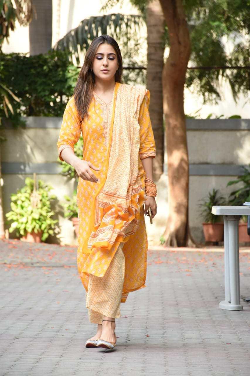सारा अली खान नेहमीच कमीत कमी मेकअपमध्ये राहणं पसंत करते. सिनेमाशिवाय तिला अनेकदा पंजाबी ड्रेस आणि भारतीय पेहरावात पाहीलं जातं. लोकांना तिची हीच अदा सर्वात जास्त भावते. आताही तिने पिवळ्या आणि पांढऱ्या रंगाच्या पंजाबी ड्रेसला पसंती दिली. पण यावेळी तिने आपल्या मेकअपवर फारसं लक्ष दिलेलं दिसत नाही. तिचे आयशेड्स डोळ्यांच्या बाहेर आलेले दिसतात.