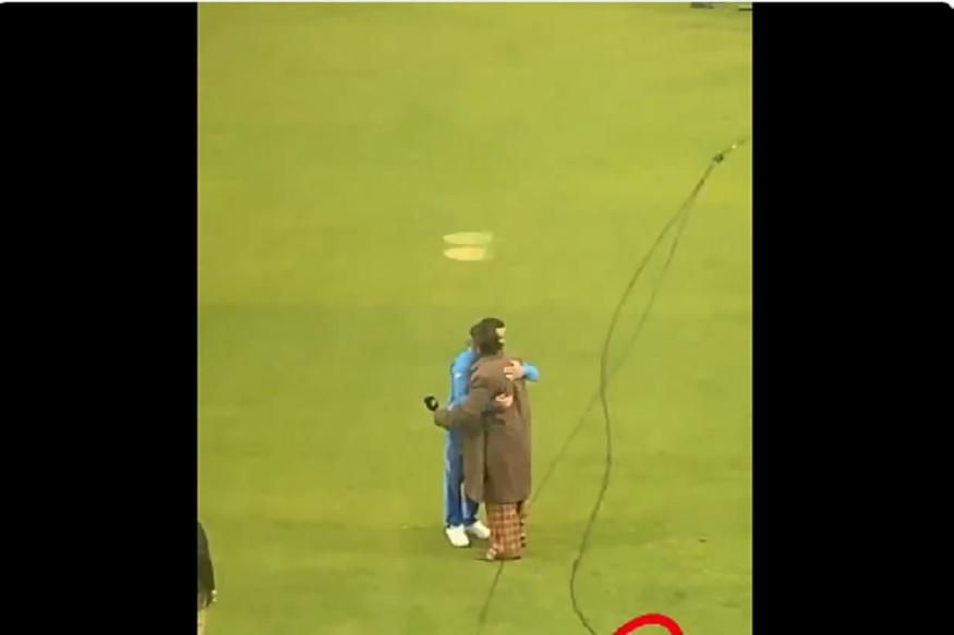 VIDEO: मैदानात रणवीरने विराटला मारली मिठी, दिल्या विजयाच्या अनोख्या शुभेच्छा