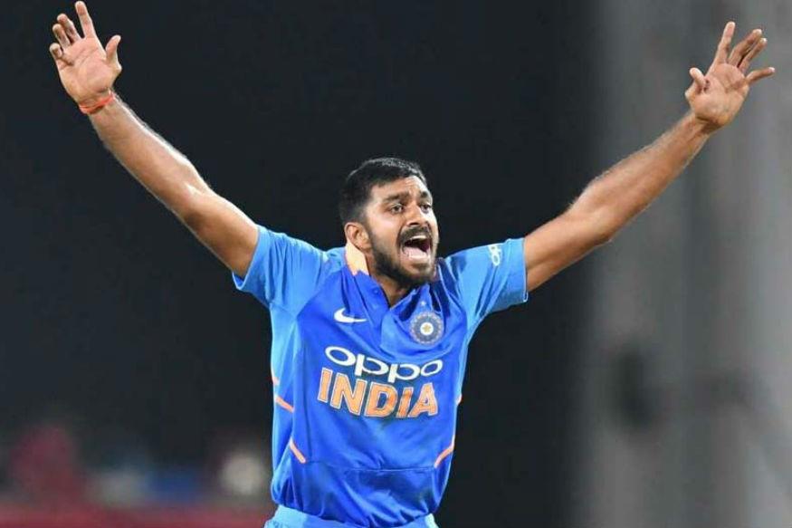 वर्ल्ड कपमधला पहिला सामना खेळणारा विजय शंकर याच्या नावावर मोठा रेकॉर्ड आहे. पहिल्याच सामन्यात आपल्या पहिल्याच चेंडूवर त्यानं विकेट घेतली. असं करणारा तो पहिला भारतीय खेळाडू ठरला आहे.