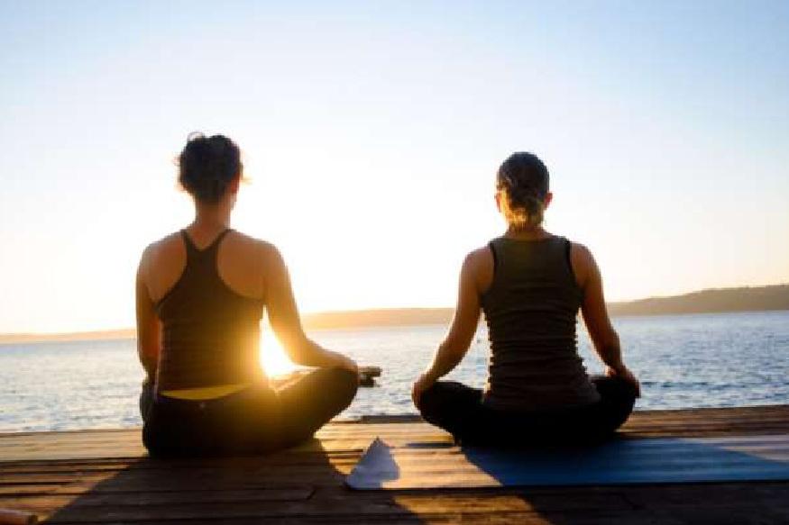 योगासनामुळे मानवी शरीराला अनेक विविध फायदे होतात. केवळ शरीरच निरोगी राहतं असं नाही तर मन आणि मेंदू सुद्धा शांत ठेवण्यासाठी साहाय्यक ठरतात. मानसिक स्थिरता मिळाल्यामुळे शरीरातील रक्ताभिसरण प्रक्रिया सुधारते. मानसिक शांतता लाभल्यामुळे राहणीमानात सुद्धा बदल होतो.