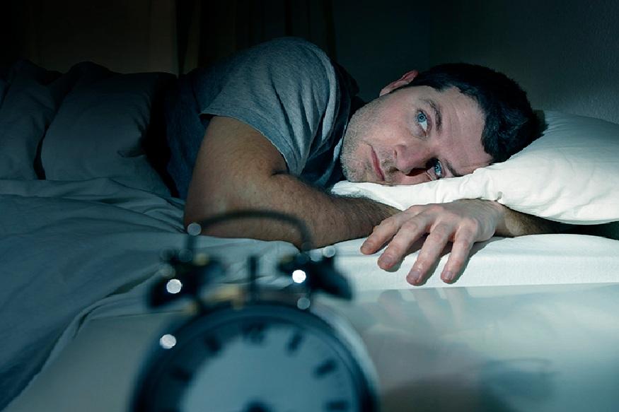 आंबट पदार्थ खाल्ल्याने रात्री झोपेत असताना त्यापासून शरीरात तयार होणारी उर्जा बैचेनी निर्माण करते. यामुळे तुमची झोप पूर्ण होत नाही आणि त्याचा परिणाम दुसऱ्या दिवशी दिवसभर जाणवतो.