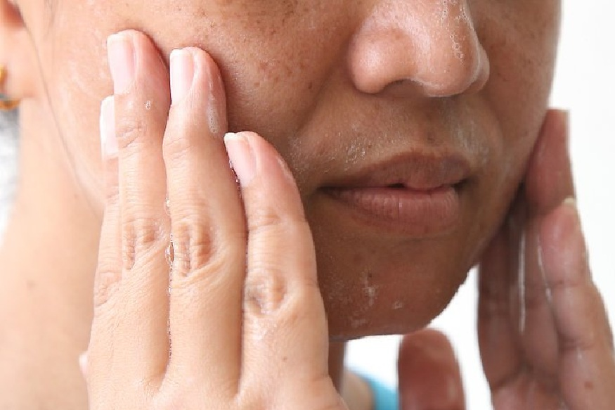 जास्त वेळा स्क्रब केलं तर स्किन जास्त ड्राय होऊ शकते. त्यामुळे आठवड्यातून दोनदा हलक्या हाताने स्क्रब करावं. स्क्रबचा वापर केल्यानंतर साबणाने चेहरा स्वच्छ करा. यामुळे डेड स्किन सेल्स दूर होतात आणि स्किनवरील एक्स्ट्रा ऑइलही निघून जातं.
