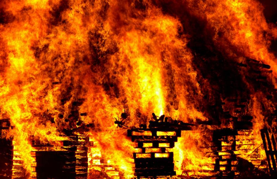 अग्नी म्हणजेच आगीशी कोणत्याही प्रकारचा खेळ किंवा छेडछाड करु नये असे चाणक्यने त्याच्या नियमांमध्ये सांगितले आहे. दिवा प्रकाश देतो मात्र, त्याच्याशी खेळ केल्यास तुम्हाला भस्मही करु शकतो.