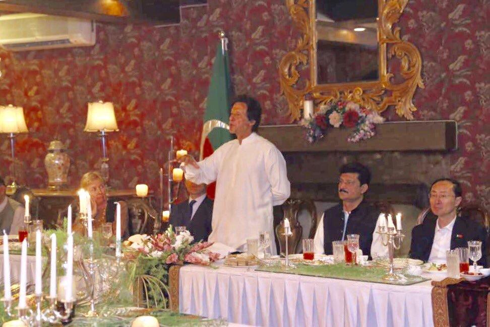 भारतीय उच्चायुक्तालयात नेहमीच इफ्तार पार्टीसाठी पाकिस्तानमधल्या मान्यवरांना आमंत्रण दिलं जातं पण पाकिस्तानचे पंतप्रधान या कार्यक्रमात सहभागी होत नाहीत.