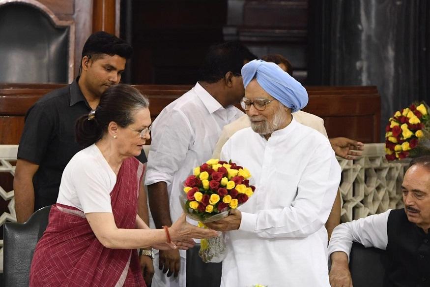 संसदीय दलाच्या बैठकीला काँग्रेसचे अध्यक्ष राहुल गांधी, माजी पंतप्रधान मनमोहन सिंग, आनंद शर्मा यांच्यासह काही महत्त्वाचे नेते देखील हजर होते.