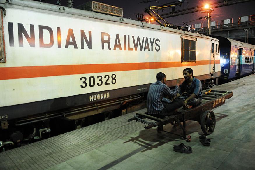 आता धावत्या ट्रेनमध्ये देखील तुम्हाला मसाज मिळणार आहे. भारतीय रेल्वे त्याबाबत आता विचार करत आहे. रतलाम मंडळनं हा प्रस्ताव तयार केला आहे.