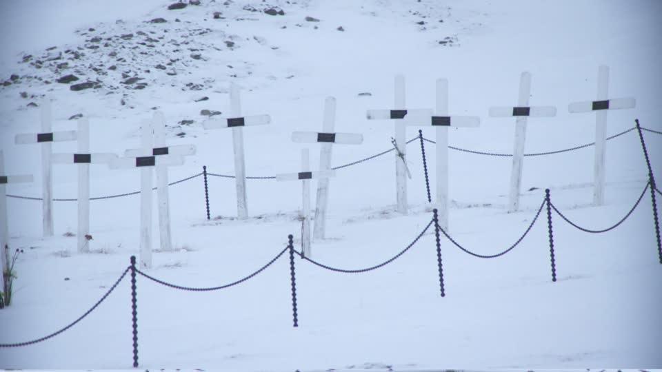 बर्फवृष्टीमुळे या भागातलं तापमान कायम उणे 40 अंशाखाली असतं. त्यामुळे इथे मृत पावणाऱ्यांचं शरीर अनेक वर्षांपर्यंत सुरक्षित राहतं. म्हणजेच कुणाचा मृत्यू झाला तरी त्याच्या आठवणी मात्र इथे कायम ताज्या राहतात.