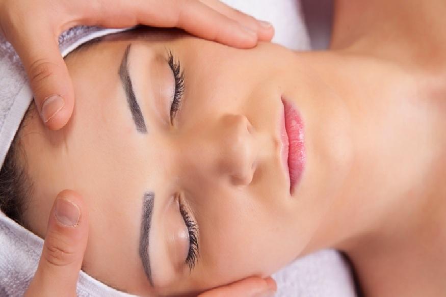रात्री झोपण्याअगोदर फेशियल करावं. चांगल्या तेलाने मसाज करावा. यासाठी नैसर्गिक वस्तूंचा वापर करावा. मसाज केल्याने रक्ताभिसरण सुरळीत होतं.