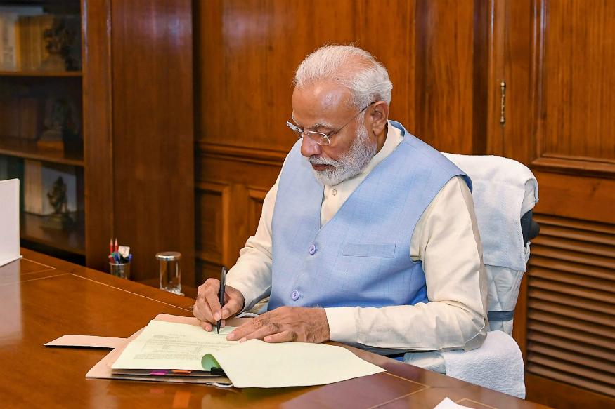नरेंद्र मोदी : पंतप्रधान नरेंद्र मोदी यांच्या डिग्रीबाबत विरोधकांकडून वारंवार प्रश्नचिन्ह निर्माण करण्यात येते. मात्र विकिपीडियावरील माहितीनुसार, पंतप्रधान नरेंद्र मोदी यांनी 1978 साली स्कूल ऑफ ओपन लर्निंग, दिल्ली विद्यापीठ इथून राज्यशास्त्रात पदवी मिळवली आहे. तसंच पाच वर्षानंतर म्हणजेच 1983 मध्ये गुजरात विद्यापीठातून कला शाखेत मास्टर डिग्री मिळवली आहे.