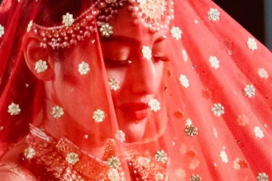 नुसरतने आपल्या लग्नात प्रसिद्ध फॅशन डिझायनर सब्यसाची मुखर्जीने डिझाइन केलेला लेहंगा घातला होता. तर निखीलने सब्यसानेच डिझाइन केलेली शेरवानी घातली होती.