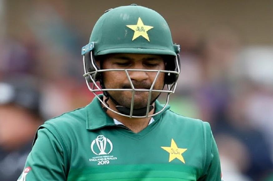 चाहत्यांच्या रागाची कर्णधार सर्फराज अहमदने इतकी धास्ती घेतली आहे की, मी एकटा पाकिस्तानला जाणार नाही. संपूर्ण देशातील लोकांसमोर आपण सर्वांनी जायचं असंच त्याने सहकारी खेळाडूंना बजावलं आहे.