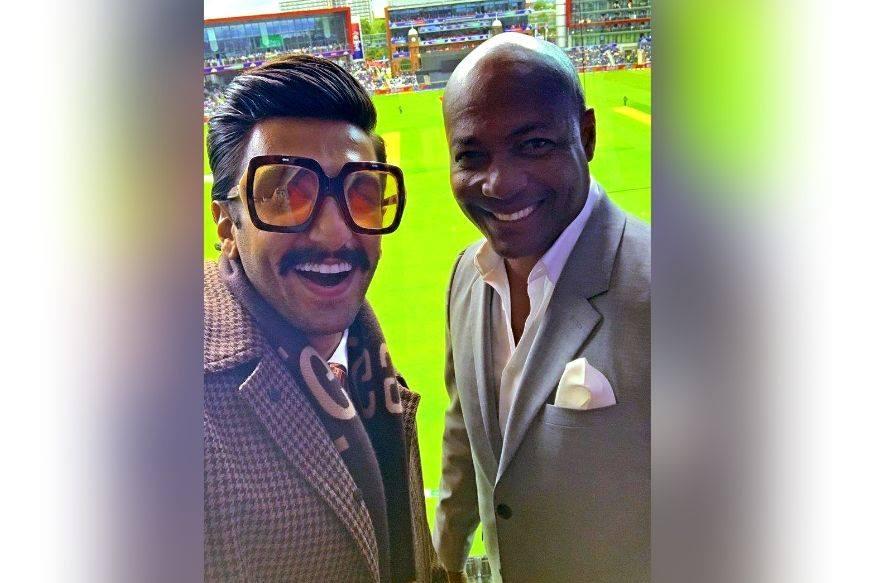 माजी क्रिकेटपटू ब्रायन लारालाही रणवीर आवर्जुन भेटला आणि त्याच्यासोबतचा फोटो सोशल मीडियावर शेअर केला.