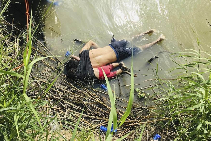 अमेरिका आणि मेक्सिको दोन देशांमध्ये अडकलेल्या निर्वासितांची स्थिती दिवसेंदिवस कठीण झाली आहे. उत्तर अमेरिकेच्या सीमेजवळ रियो ग्रांडे नदीकाठी एक बाप आणि मुलीचा मृतदेह आढळला आहे.