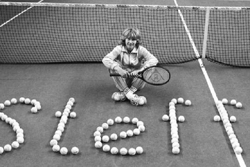 टेनिसची गोल्डन गर्ल स्टेफी ग्राफ 14 जूनला 50 वर्षांची झाली. मी वयातच टेनिस जगतात नाव कमावलेल्या जर्मनीच्या स्टेफीनं 80 आणि 90 च्या दशकात टेनिस कोर्ट गाजवलं. वयाच्या तिसऱ्या वर्षापासून तिनं टेनिस शिकायला सुरुवात केली. जर्मनीत ती वंडर गर्ल झाली आणि नंतर जगभर ख्याती पसरली. तिच्यामुळे जागतिक टेनिसमध्ये नवं युग सुरू झालं म्हणायला हरकत नाही.