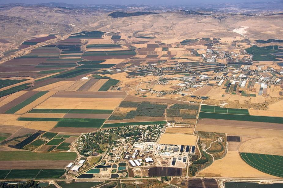 इस्रायलमधील 'तिरात झ्वी' हे एक असं ठिकाण आहे जिथे आशियातील सगळ्यात जास्त उच्चांकी तापमानाची नोंद झाली आहे. जून 1942 मध्ये 54 डिग्री सेल्सियस पर्यंत ते पोहोचलं होतं. तर इतर ऋतूंमध्ये इथलं तापमान 37 डिग्री असतं हे विशेष.