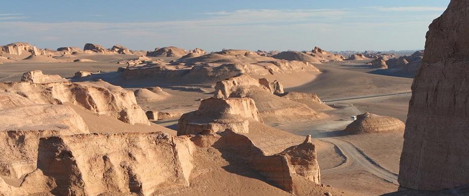 इराणमधील 'दश्त इ लूट' हे वाळवंटी पठार हे जगातील सगळ्या जास्त हॉट ठिकाण आहे. वर्ष 2003 ते 2009 दरम्यान याठिकाणी सगळ्यात जास्त म्हणजे 70.7 डिग्री सेल्सियस तापमान नोंदविलं गेलं. इतक्या उष्णतामानामुळे हे संपूर्ण पठार अगदी निर्जन आहे.